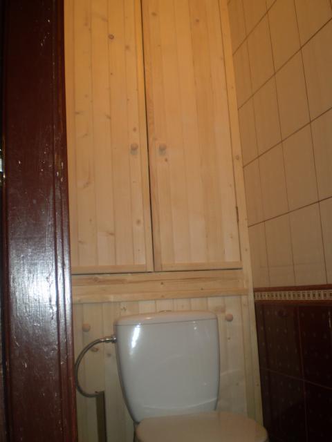 Сосновые дверцы для шкафа в туалете