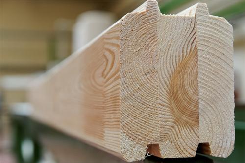 Составленный из ламелей деревянный брус-клееный брус не подвержен растрескиванию и деформациям.
