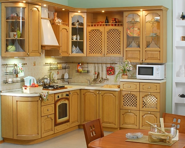 Современная кухня из светлого дерева, выполненная в классическом стиле