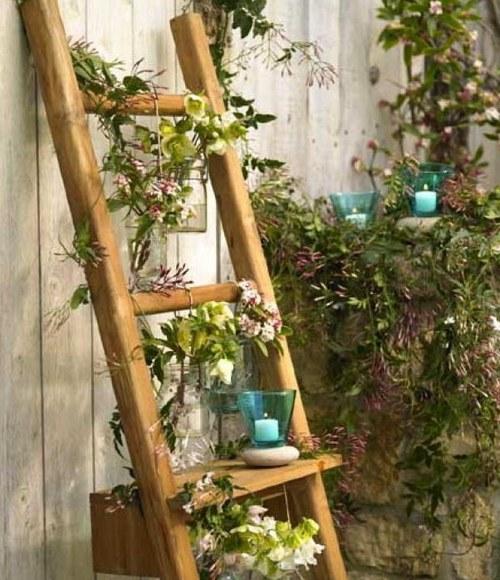 Старая лестница превратилась в цветочный стенд.