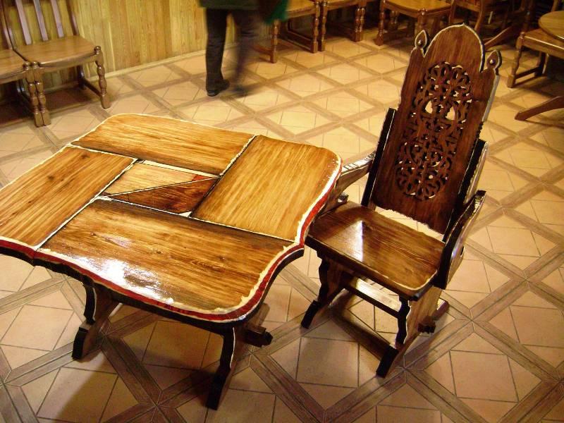 Старая мебель, обработанная воском, смотрится великолепно