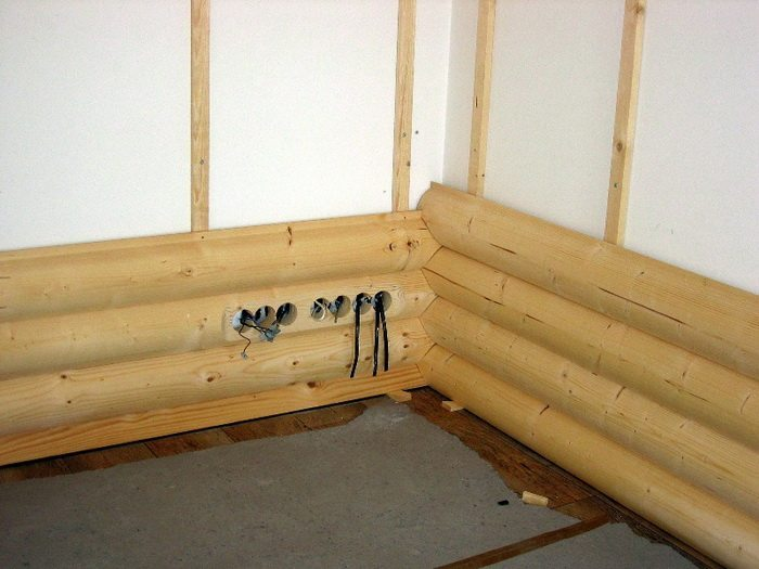 Стена на фото подготовлена для установки розеток скрытого монтажа.