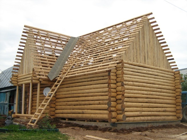 Стены сруба дают половину массы дома.