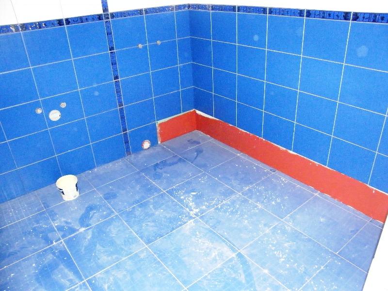 Стоит отметить, что гидроизоляция предполагает разумное использование остальных слоев покрытия, а значит, не стоит использовать в ванной покрытия, которые сами не могут противостоять влаге, поскольку это сократит их срок службы