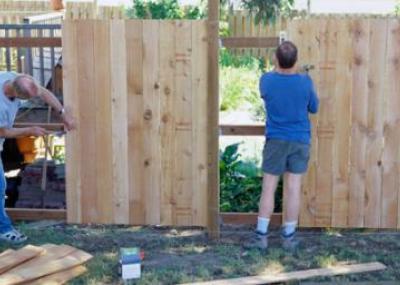 Строительство деревянных дач собственными силами чаще всего начинается с возведения забора