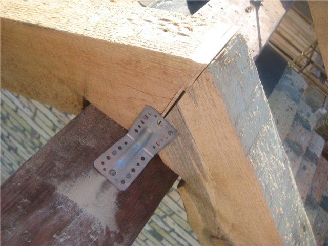 Стропила закрепляются металлическим уголком на обычный коньковый брус
