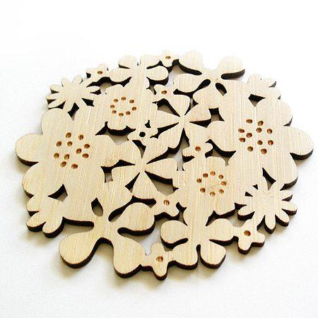 Структура фанеры позволяет вырезать из нее ажурные изделия сложной формы.