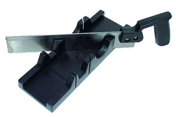 Стусло продается в комплекте с ножовкой с мелкими зубчиками, которые не разрывают края распиливаемого изделия
