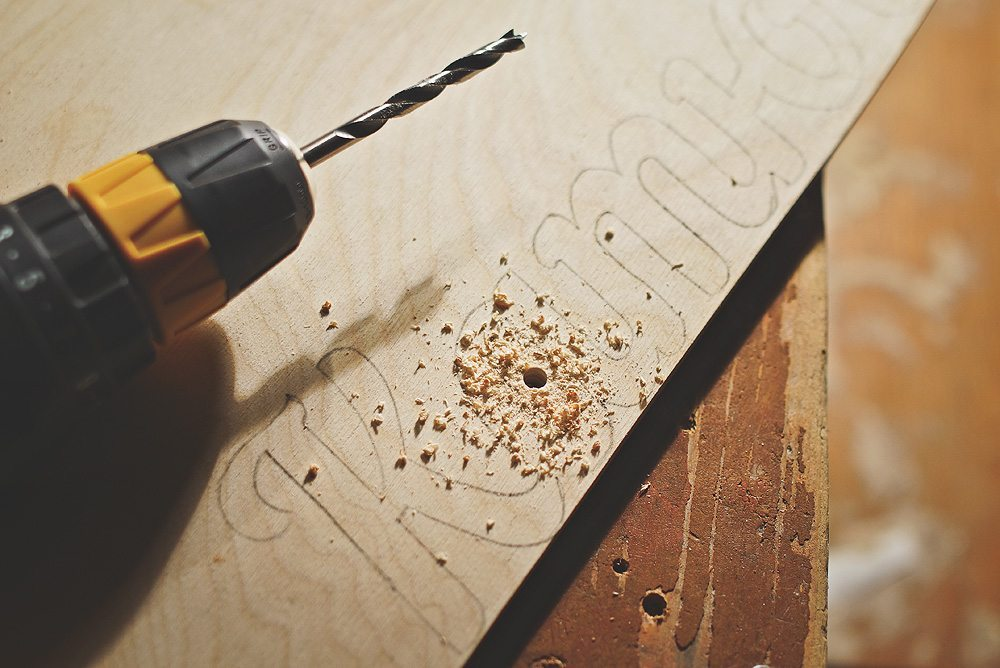 Сверление позволяет вставить полотно лобзика для резки изнутри
