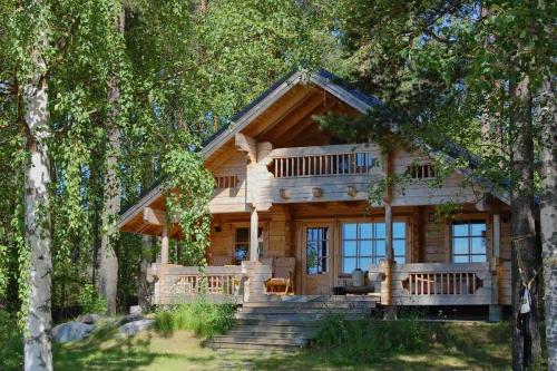 «Свой среди своих» - именно так можно сказать о брусовом домике в окружении деревьев