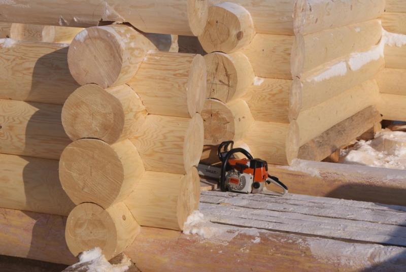 Так строятся бани ручной рубки из крупного бревна