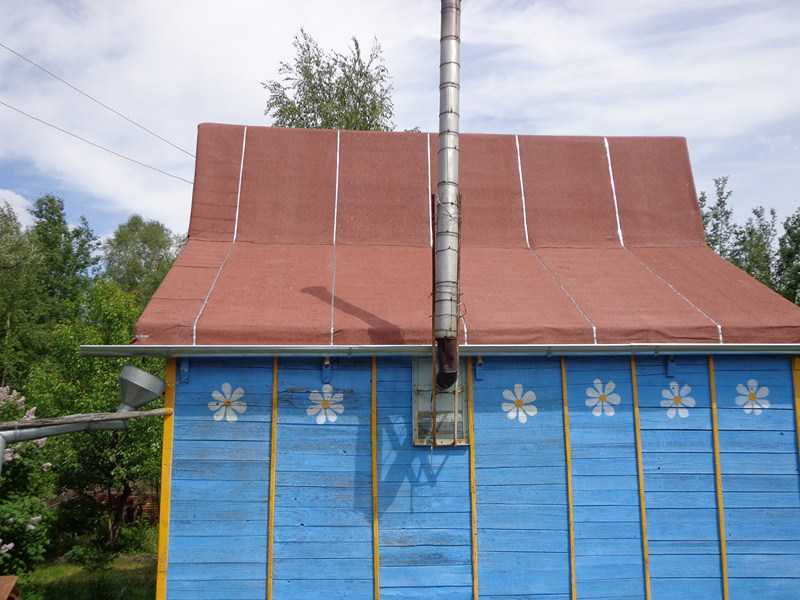 Так выглядит готовая крыша с металлической лентой на стыках
