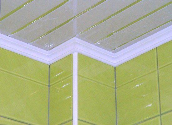 Так выглядит полиуретановый потолочный плинтус для ванной комнаты