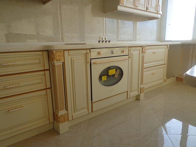 Так выглядят крашеные кухни из дерева