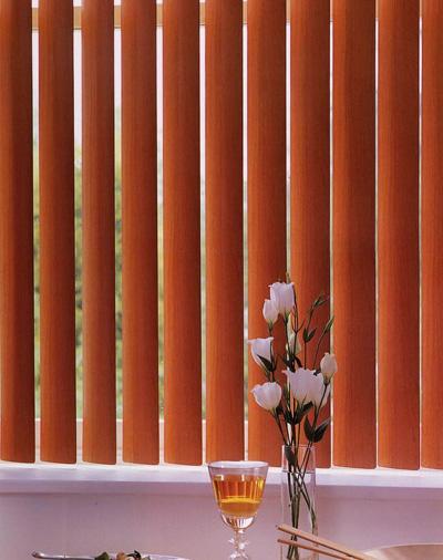 Так выглядят вертикальные деревянные жалюзи, установленные в оконном проеме