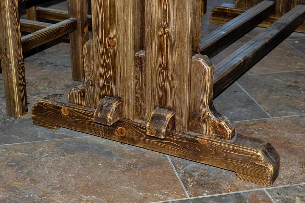 Темный лак и шлифовка сделали недорогую сосну похожей на древесину благородных пород.