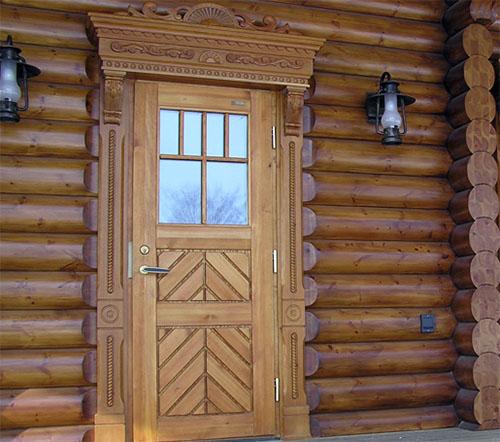 входная дверь со стеклом в дом из бруса