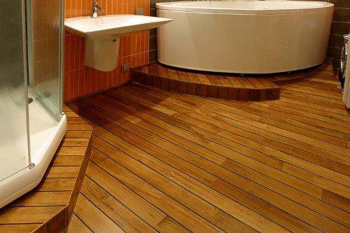 Террасная доска в ванной комнате – отличное решение, так как материал прекрасно переносит высокую влажность