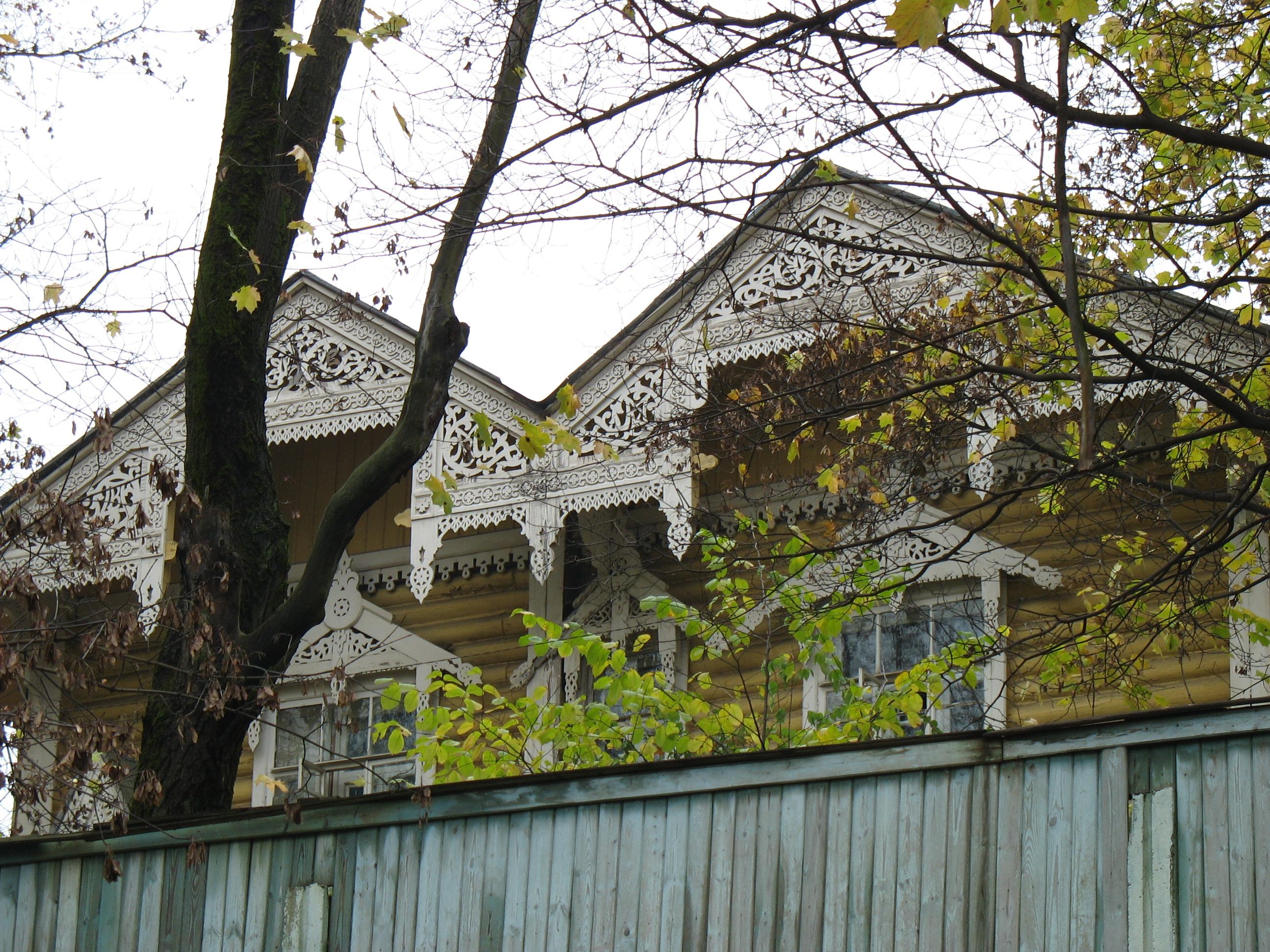 Типичное оформление фасада для домов столетнего возраста.