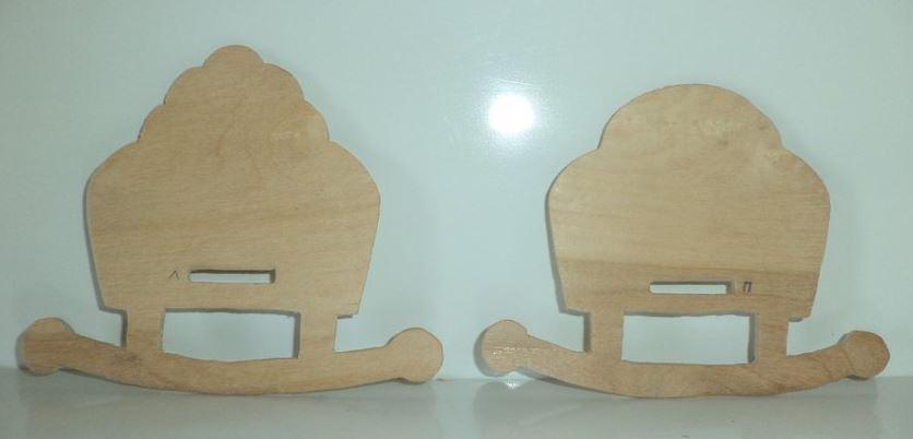 У вас должны получиться такие детали: слева – изголовье кукольной кроватки, справа – изножье