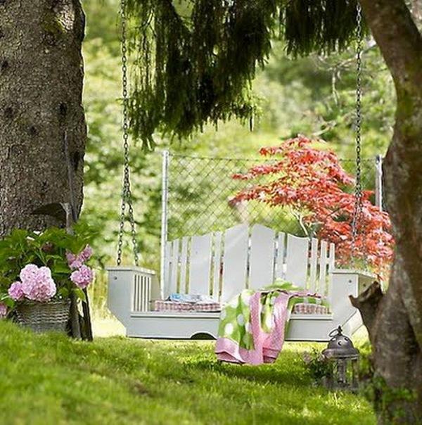 Уголок для отдыха под деревом.