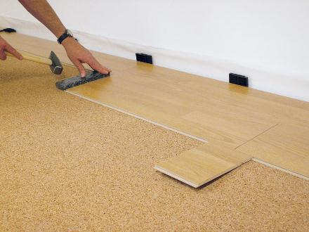 Укладка ламинированных панелей на пробковую подложку