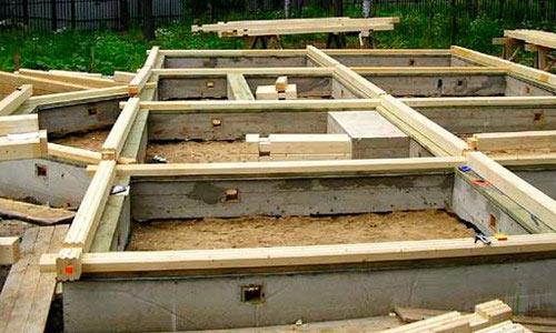 Укладка первого ряда на бетонное основание