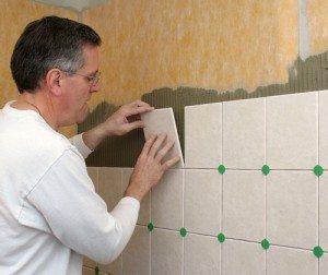Укладка плитки на фанерную стену слегка отличается от монтажа на пол
