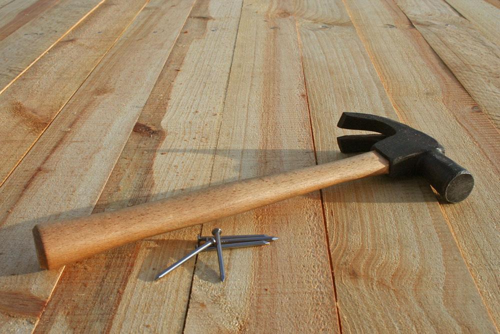 Уложить пол из дерева может любой, но если вы хотите сделать это качественно – придется потрудиться
