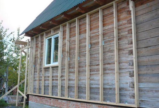 Установите стойки из бруса перед тем как обшить деревянный дом пеноплексом