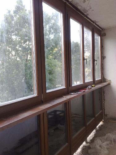 Установка деревянных евроокон на балкон – в этом случае вверху нет глухой части