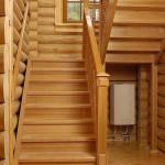 Установка деревянных лестниц в домах из бруса – обычная и распространенная практика.
