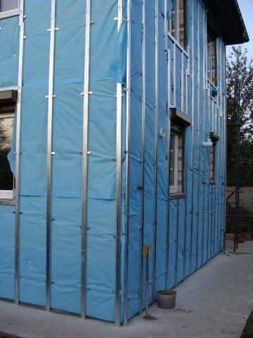 Установка гидроизоляции при обшивке деревянного строения с использованием каркасной системы