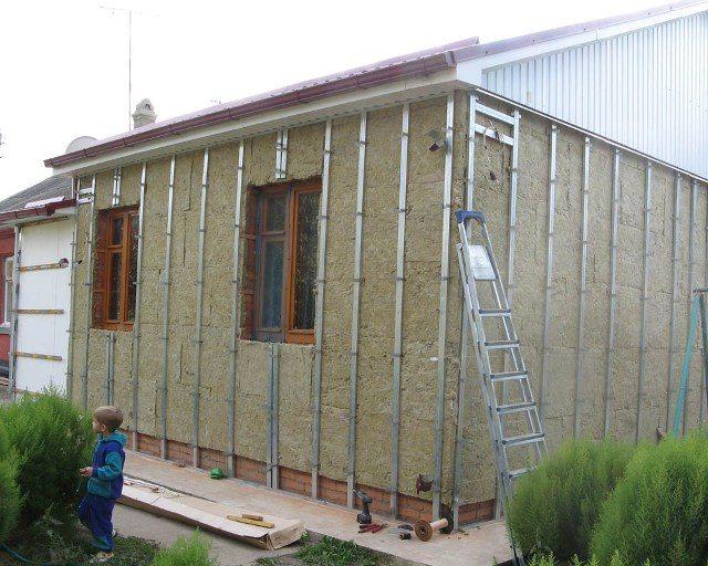 Утепление дома и установка металлического профиля.