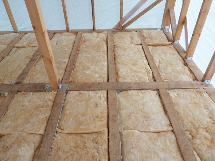 Утепление пола мансарды в деревянном доме минеральной ватой.
