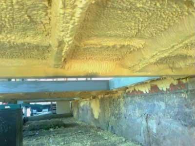 Утепление пола снизу в деревянном доме с помощью напыления пенополиуретана.