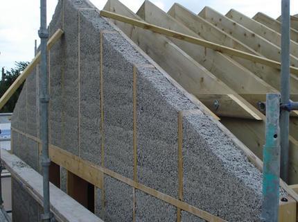 В районах с низкими показателями температуры в зимний период утепление фронтона деревянного дома приобретает особое значение