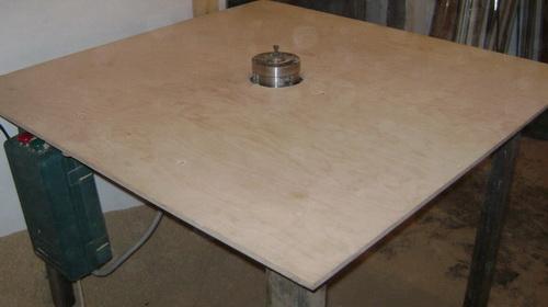 В центре доски делается отверстие и на месте дырки крепится фрезер, только с обратной стороны