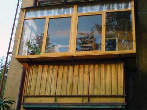 Верхняя часть балконной рамы обычно не открывается