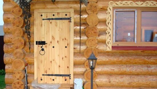 Входные деревянные двери в баню