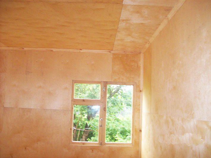 Внутри стены и потолок дома также обшиваются фанерой.