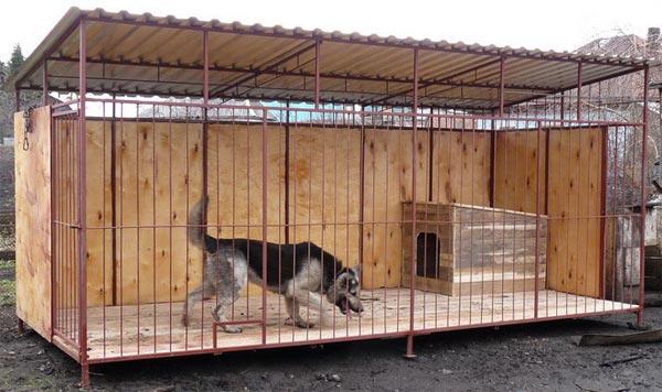Вольер для собаки из деревас крышей построен.