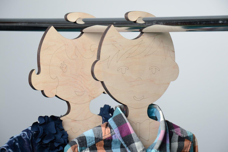Вот такие вешалки можно сделать для детского одежного шкафа.