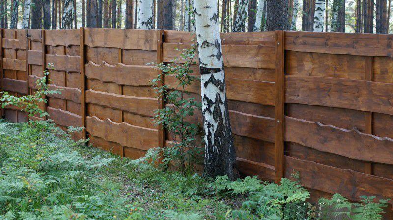 Возведённый забор из необрезной доски своими руками