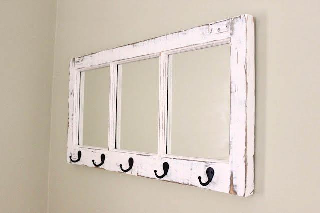 Вы можете дать вторую жизнь старой деревянной раме, просто прикрепив один или два ряда крючков, при желании в отсеки для стекла можно вставить красивые витражи или мозаику