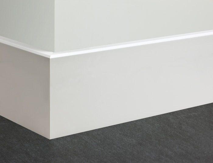 Высокий белый плоский плинтус из МДФ
