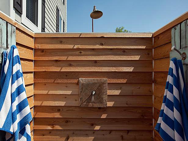 За городом можно сделать деревянный душ своими руками.