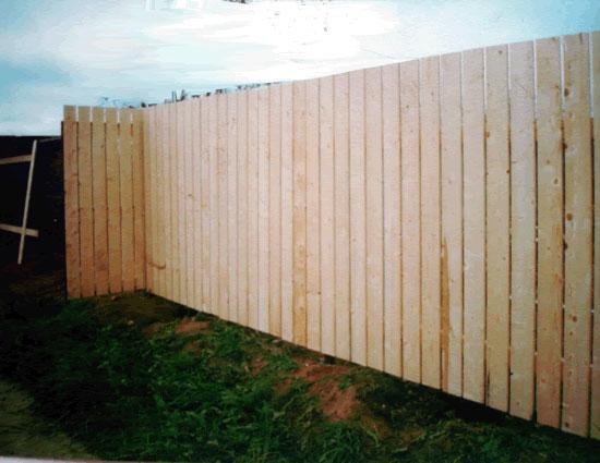 Забор из обрезной доски – классика дачных ограждений