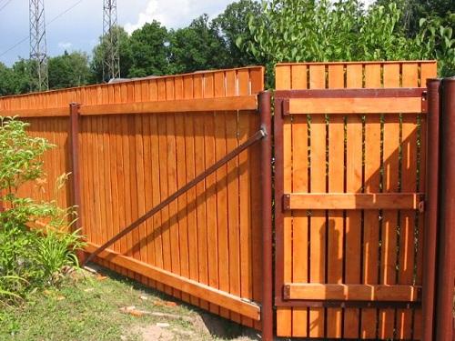 Забор, ворота и калитка из дерева в металлическом каркасе
