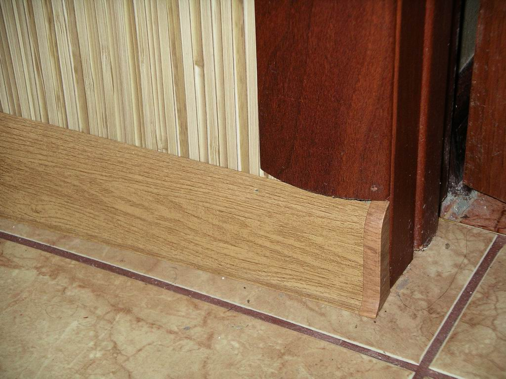 Установка плинтуса на пол возле двери